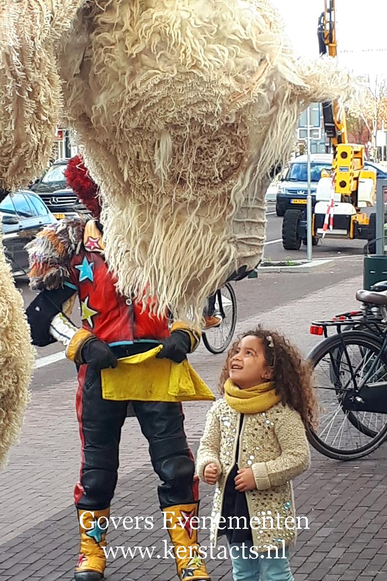 Straattheater, dierentuin, theater met dieren, artiesten boeken, theater voor kinderen, steltenact, dierenvriendelijk, ijsbeer, themafeest, thema act, Govers Evenementen