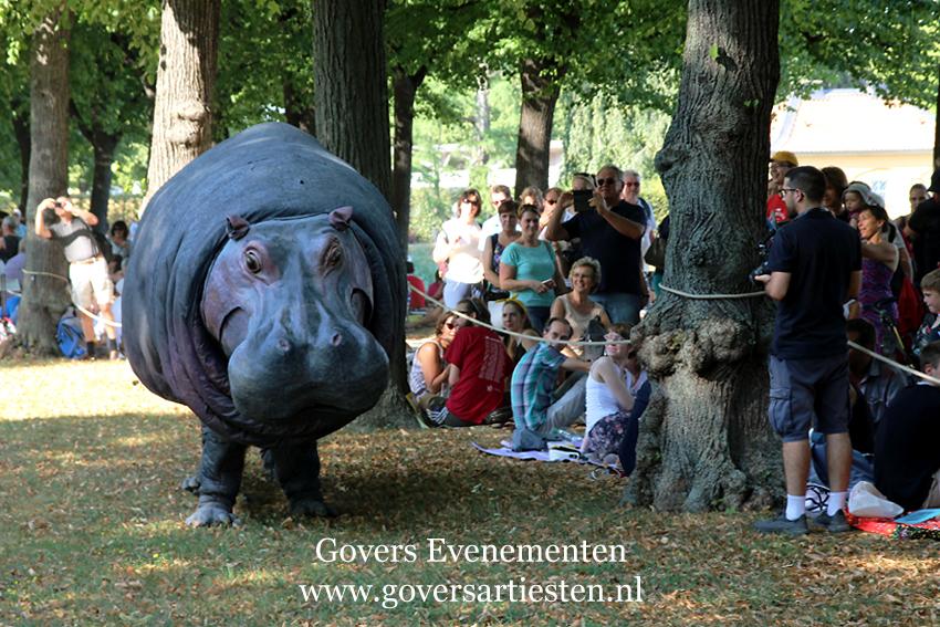Straattheater, dierentuin, theater met dieren, artiesten boeken, theater voor kinderen, steltenact, dierenvriendelijk, hippo, nijlpaard, themafeest, festival, thema act, Govers Evenementen