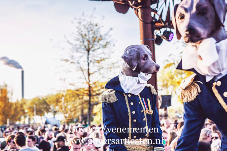 straattheater honden op stelten, dieren op stelten, schilderij op stelten, Thierry Poncelet, trouwe honden, dier, beesten, beesten op stelten, dierentuin, feest op stelten, hondenshow, steltentheater, steltenlopers, steltenact, artiesten boeken, dog, dog's, artiestenbureau, thema feest, straattheater, steltentheater, act, Govers Evenementen
