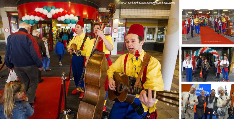 Vrolijk muzikaal ontvangst van uw genodigden bij de entree of ingang, muziek boeken, muziektrio, muzikanten inhuren, themafeest, muzikaal entertainment, Govers Evenementen, www.goversartiesten.nl