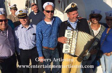 Nautische muziek, muzikanten, accordeonist, zeemansliederen, zeemans muziek, kapitein, havendagen, artiesten boeken, www.goversartiesten.nl