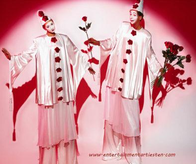 klassieke pierrot-achtige figuren op stelten voor valentijndag of moederdag promotie stelten-act steltentheater, steltenact, steltenlopers, www.goversartiesten.nl