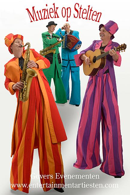 Muziek op stelten, steltenlopers, steltenact, steltentheater, accordeonist, muziekduo, bandje, hoog in de lucht, muzikanten op stelten, duo muziek, Govers Evenementen, www.goversartiesten.nl
