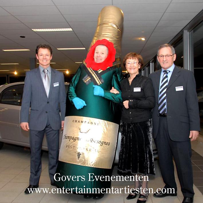 Acteur in een grote champagnefles maakt met iedereen een babbeltje: Humor, Catagorie Culinair Entertainment - Cateringact, horeca acts, thema feest, beurs & promotie acts, artiesten boeken, artiestenbureau, artiestenburo, alcohol, champagne act, Govers Evenementen, www.goversartiesten.nl
