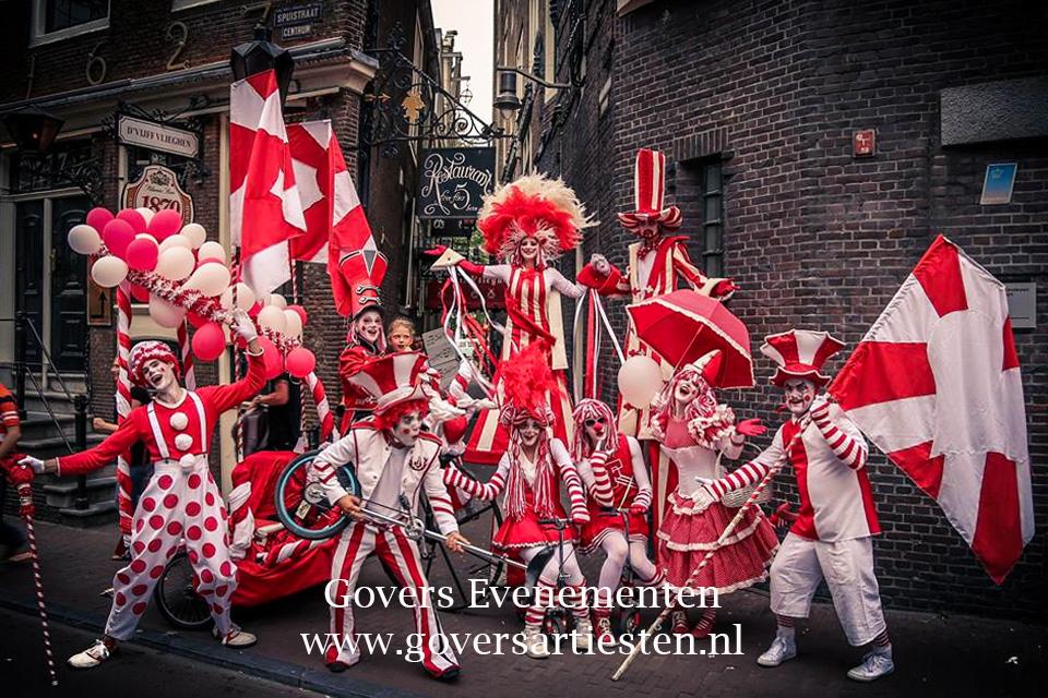 Parade, straattheater, steltenlopers, circus, clowns, muziek, artiesten boeken, straatheater zien, vrolijk theater, artiestenbureau, Govers Evenementen, www.goversartiesten.nl
